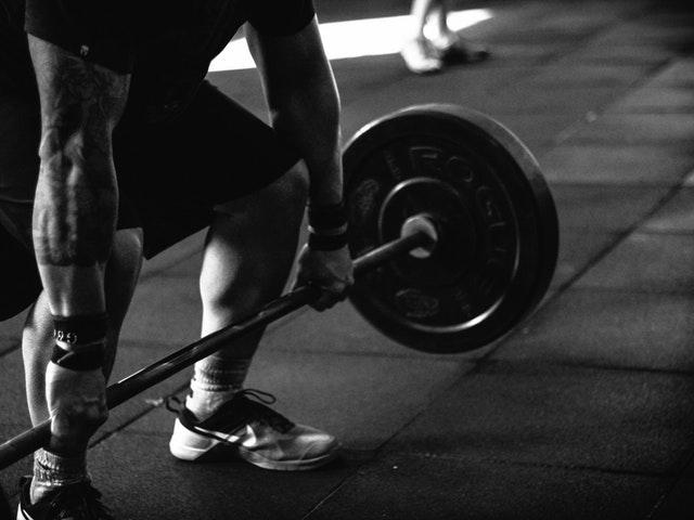 En person lyfter vikter